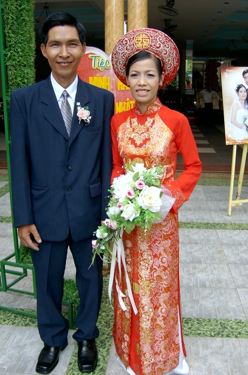 bride and groom vietnamese wedding outfits.